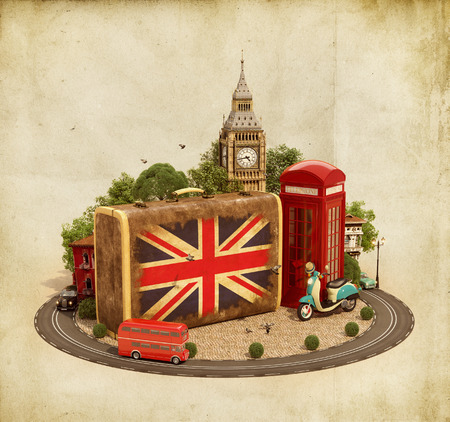 cabina telefonica: Maleta vieja con bandera británica, Big Ben y cabina de teléfono roja en un cuadrado. Concepto de viaje inusual. Foto de archivo