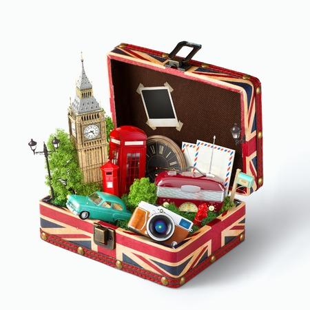 viagem: Caixa aberta com a bandeira e famosos monumentos Britânico de Londres dentro. Conceito de viagem incomum. Banco de Imagens