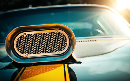 強力な筋肉の車。フードのクローズ アップ写真