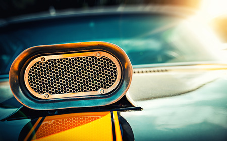 Krachtige muscle car. Close-up foto van de kap