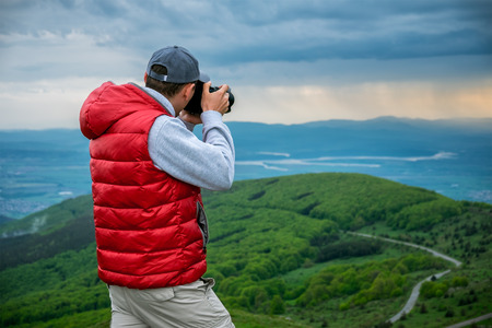 Fotograaf is het nemen van een foto van landschap in de bergen Stockfoto