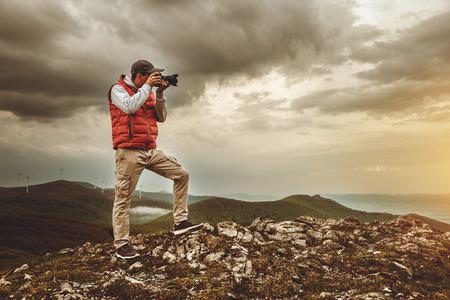 カメラマンは山での風景の撮影します。