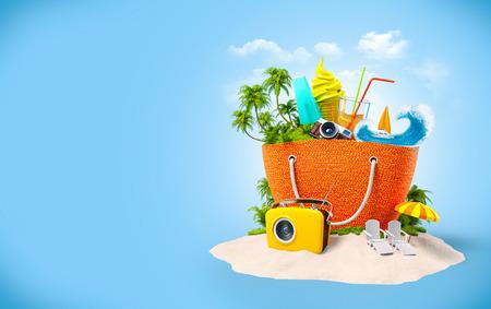 Strandtas met met tropisch eiland binnen op zand. Ongebruikelijke Reisachtergrond