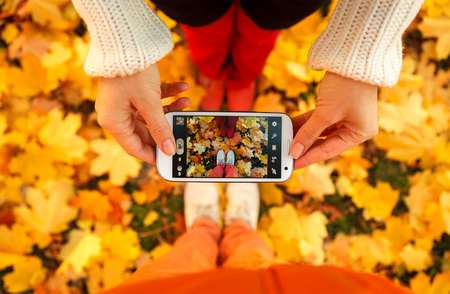 라이프 스타일: 젊은 사람들의 커플 사진을 촬영하고 있습니다 스톡 콘텐츠