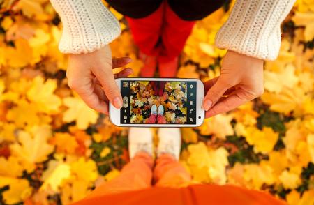 familias jovenes: Pareja de j�venes que est�n tomando una foto Foto de archivo