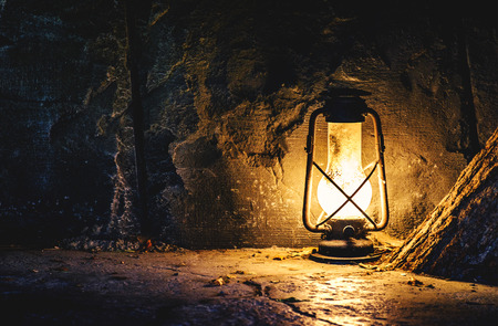 Old lamp in a mine 版權商用圖片 - 45444297
