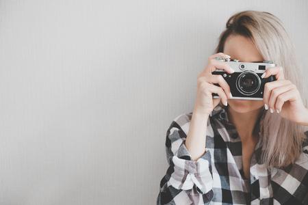 ソフトの写真画像を作る市松模様のシャツの女性