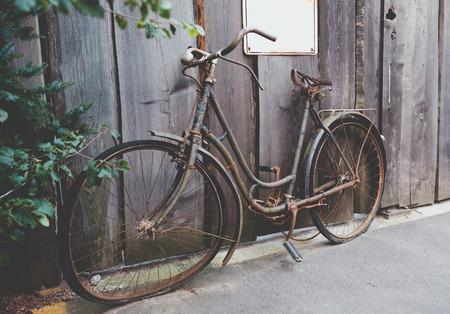 Alte verrostete Fahrrad stehend auf der Straße Standard-Bild - 45444419