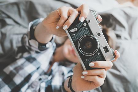 стиль жизни: Мягкий фото женщины в клетчатой рубашке, принимая фото, верхняя точка зрения Фото со стока