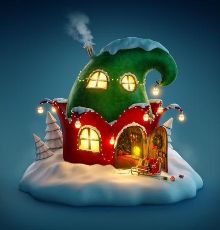 Incroyable maison de fées décorée à Noël en forme de chapeau avec elfes porte ouverte et cheminée à l'intérieur. Insolite illustration noël. Banque d'images - 46807291