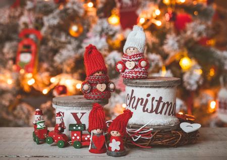 gnomos: Gnomos lindos pequeños en el árbol de Navidad de fondo
