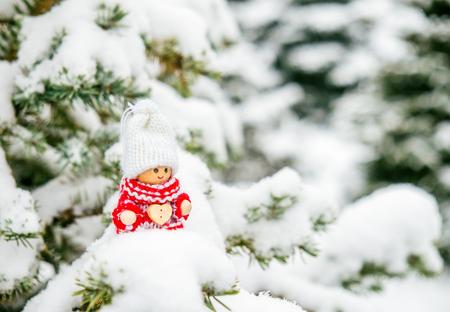 gnomos: Poco juguete lindo navidad en una rama de abeto cubierto de nieve Foto de archivo