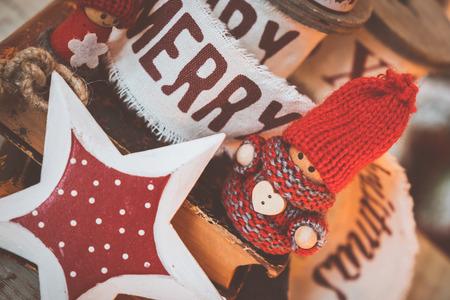 Kleine schattige kabouters op oude boeken. Kerst achtergrond Stockfoto