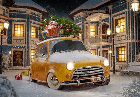 Verbazingwekkende grappige retro auto met kerstboom en geschenkdozen op het dak in de leuke stad 's nachts. Ongebruikelijke Kerst illustratie