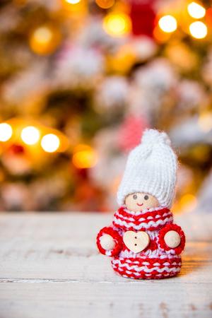 kabouters: Kleine schattige kabouters op kerst boom achtergrond Stockfoto