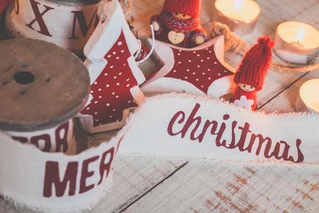 gnomos: Cintas hermosas de la vendimia de la Navidad y los juguetes en la mesa de madera. Decoraciones lindas y agradables en estilo rústico Foto de archivo