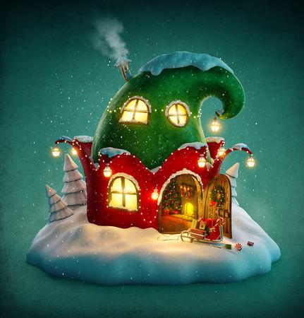 Verbazingwekkende fee huis ingericht met Kerstmis in de vorm van elfs hoed met geopende deur en de open haard. Ongebruikelijke Kerst illustratie. Stockfoto