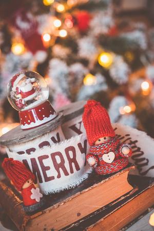 gnomos: Peque�a bola de nieve lindo gnomos con Santa en el fondo del �rbol de navidad