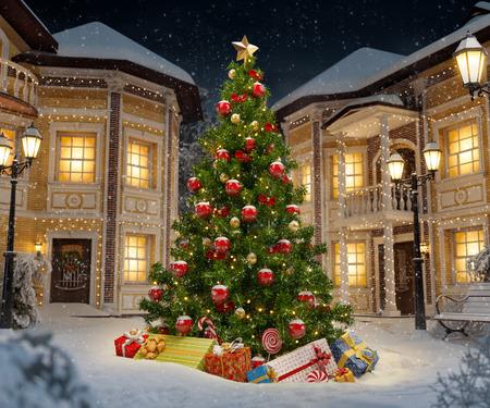 Prachtige kerstboom met geschenkdozen in leuke stad 's nachts. Ongebruikelijke Kerst illustratie