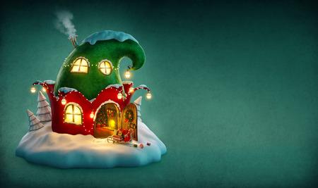 casita de dulces: Casa de hadas increíble decorado en Navidad en forma de sombrero de duendes con la puerta abierta y chimenea interior. Ilustración de Navidad inusual.