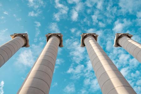 Greckie kolumny na tle nieba. Zdjęcie Seryjne