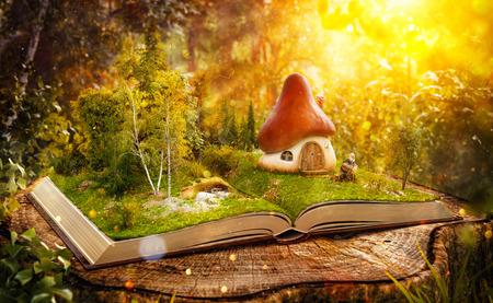 Magische paddestoel huis op de pagina's van geopend boek in een fantastische bos. Stockfoto