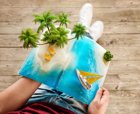 Tropische Insel mit Palmen und Liegestühlen auf einer Seite geöffnet Magazins in den Händen. Ungewöhnliche Reise 3D-Darstellung. Sommer Reisen und Urlaub Konzept Standard-Bild