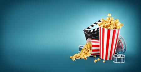 Popcorn, bobine de cinéma, tasse jetable, planche de battant et billets à fond bleu. Concept cinéma 3D illustration de théâtre. Banque d'images