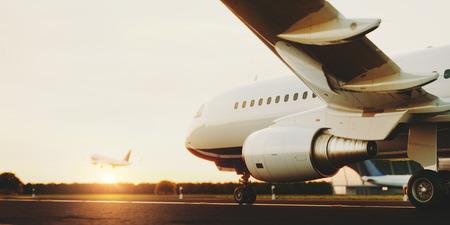석양 공항 활주로에 서 서 화이트 상업용 비행기. 승객 비행기 이륙입니다. 비행기 개념 3D 그림입니다.