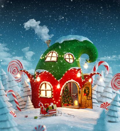 Erstaunliches feenhaftes Haus verziert am Weihnachten in der Form des Elfhutes mit geöffneter Tür und Kamin nach innen im magischen Wald. Ungewöhnliche Illustrationspostkarte des Weihnachten 3d Standard-Bild