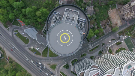 The vertical take-off point from the helicopter pad in the business center, the road, the traffic of cars and the park, the day's shooting from the air are visible below. Standard-Bild