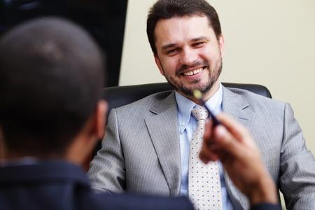 businesspartners: Dos colaboradores de tener una conversaci�n y riendo