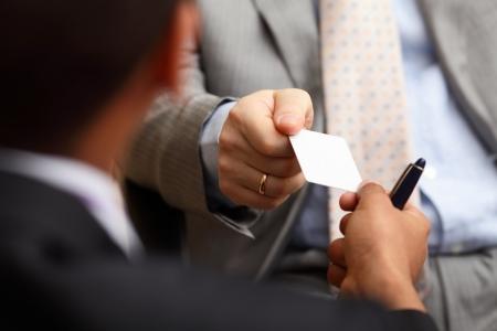 Closeup Portrait von zwei erfolgreiche Business executive Austausch von Visitenkarten