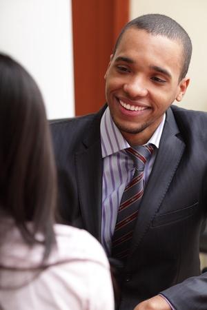 deux personnes qui parlent: Deux businesspartners avoir une conversation et de rire Banque d'images