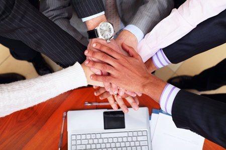 respeto: Imagen de gente de negocios de manos por encima de la otra. Ver desde arriba
