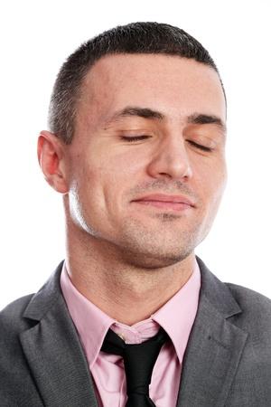 ojos cerrados: Closeup retrato de un hombre de negocios feliz con los ojos cerrados, aislados en fondo blanco