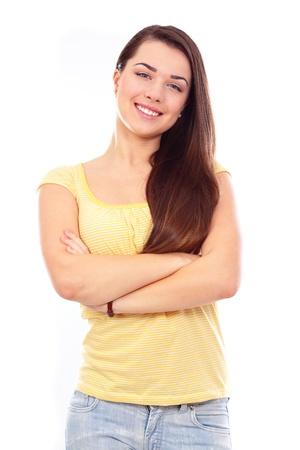 Portrait d'une belle jeune femme en tissus occasionnels. Isolé sur fond blanc