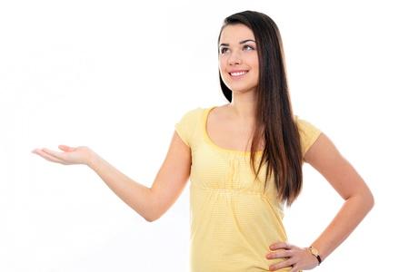 準備を彼女の手の手のひらを保持お客様の製品を保持するために若い幸せな女 写真素材