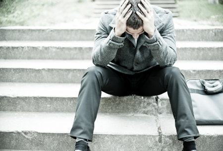 personas tristes: Deprimido empresario sentado en las escaleras Foto de archivo