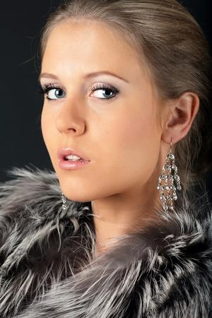 silver fox: Retrato de una joven y bella mujer mirando a la c�mara Foto de archivo
