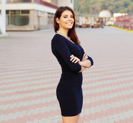 Ritratto di un felice fiducioso Imprenditrice all'aperto