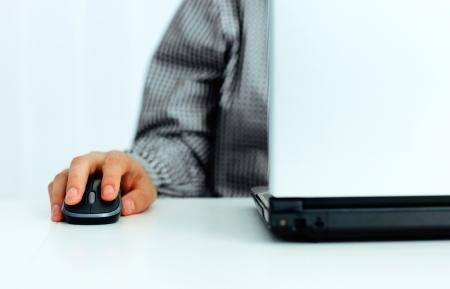 Imagen de detalle de una mano que sostiene ordenador ratón macho