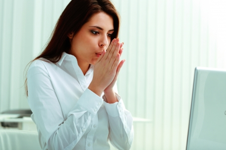 freddo: Giovane imprenditrice sensazione freezy in ufficio