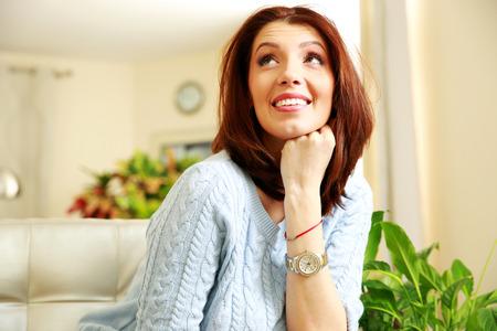 femme regarde en haut: Sourire femme r�fl�chie regardant � la maison