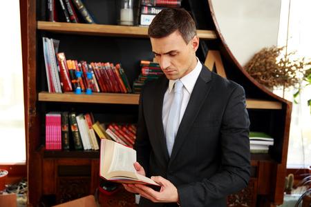 director de escuela: Empresario leyendo el libro