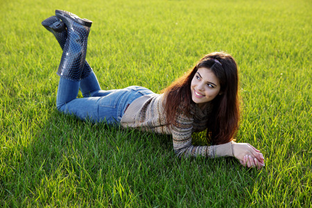 잔디밭에 누워 행복 한 여자의 초상화 스톡 콘텐츠