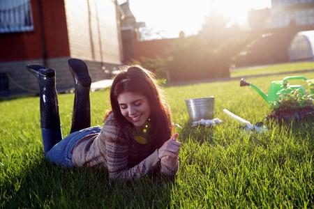 Portret van een glimlachende vrouw die op het groene gras
