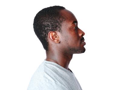 hombres negros: Vista lateral retrato de hombre africano sobre fondo blanco
