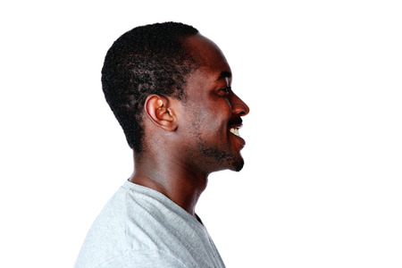 viso di uomo: Vista laterale ritratto di uomo africano su sfondo bianco Archivio Fotografico