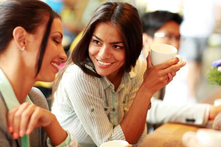 mujer tomando cafe: Retrato de mujeres empresarias jóvenes sonrientes que tienen descanso para tomar café Foto de archivo